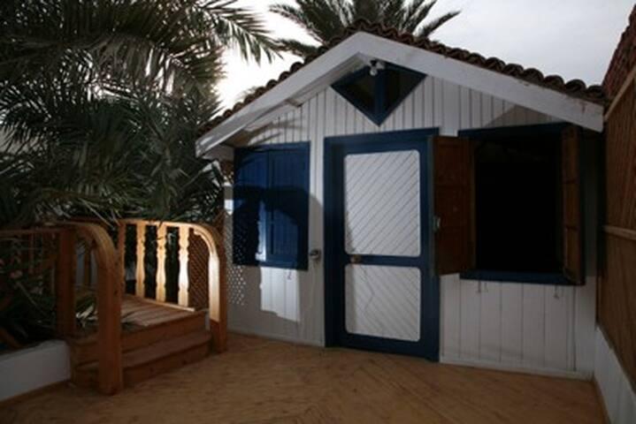 Drewniany domek/pokoj z widokiem na morze i gory