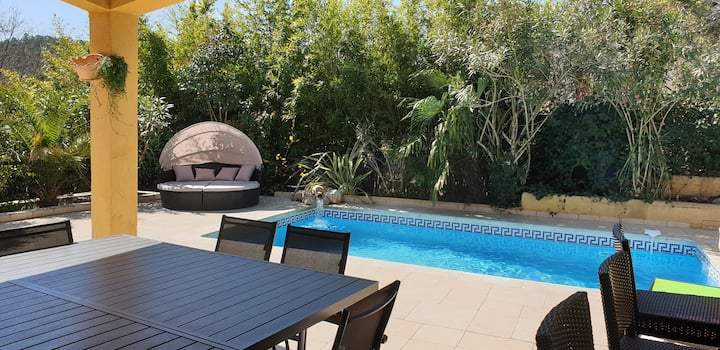 Villa de caractère spacieuse avec piscine