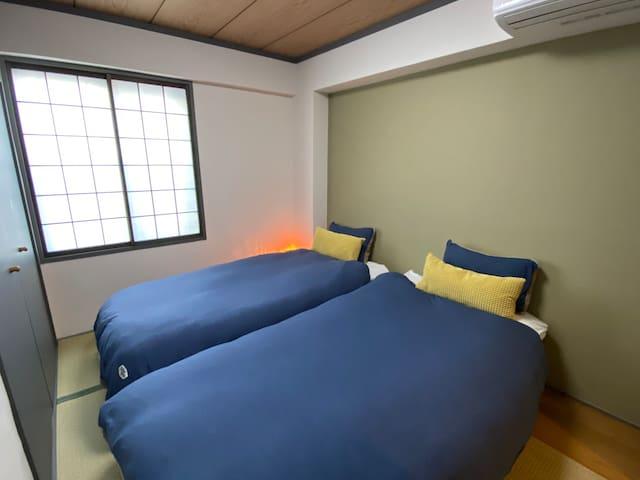 寝室1 2台のシングルベッドとクローゼットをご利用いただけます。 寝具は季節に合わせておりますので、快適にお過ごしいただけます。  Bedroom 1 Two single beds and a closet are available for your use. Bedding is seasonally appropriate for your comfort.