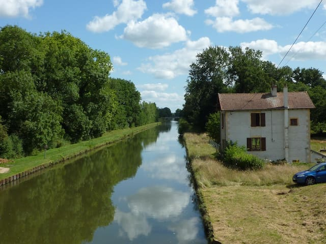 Quiet apartment on the canal - Bourg-le-Comte - Pis