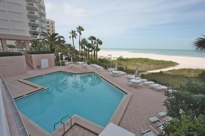 Beachfront Sand Key, W/D, Wi-Fi, cable, pool, hot tub, fitness center, BBQ -12B Crescent Beach Club
