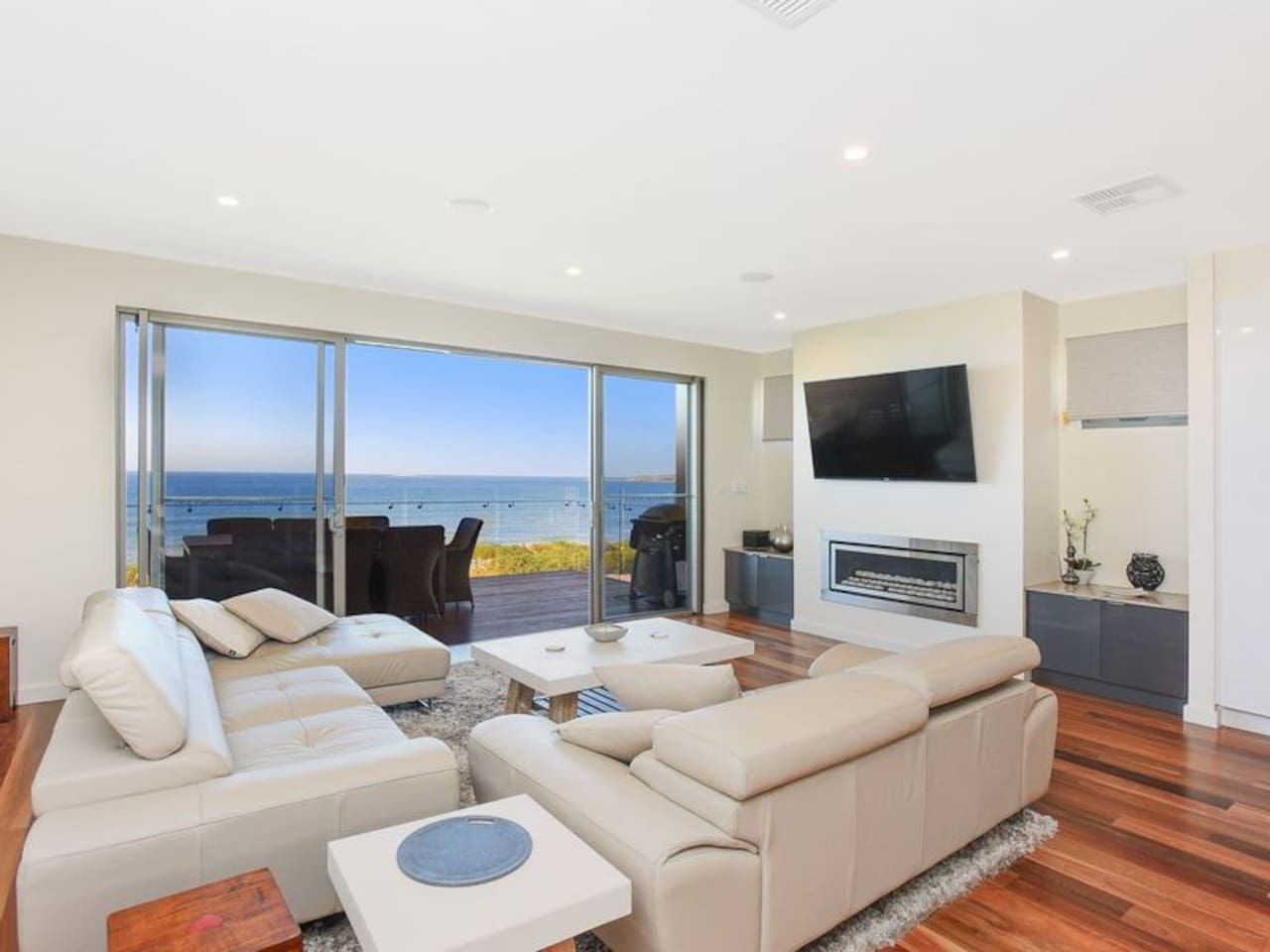 Beach front lounge with uninterrupted views of Chiton Rocks and Granite Island!