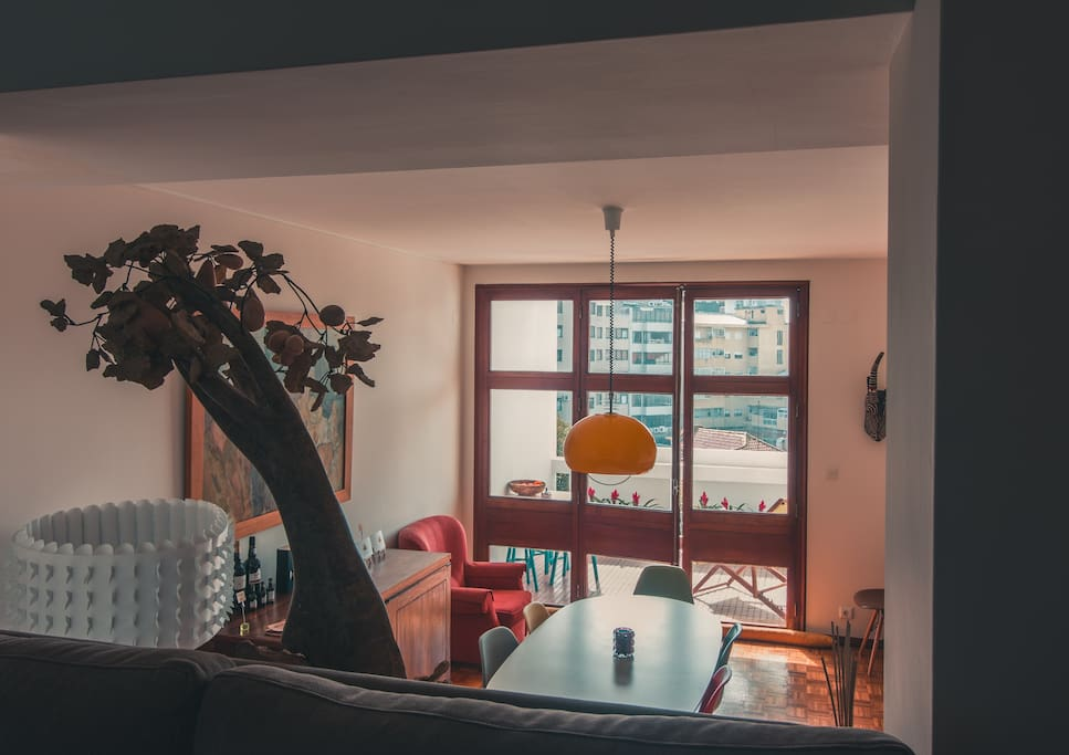 The apartment has two main floors. All the 5 rooms and bathrooms are in the upper level. Living rooms, dining room, kitchen and common terraces are downstairs.