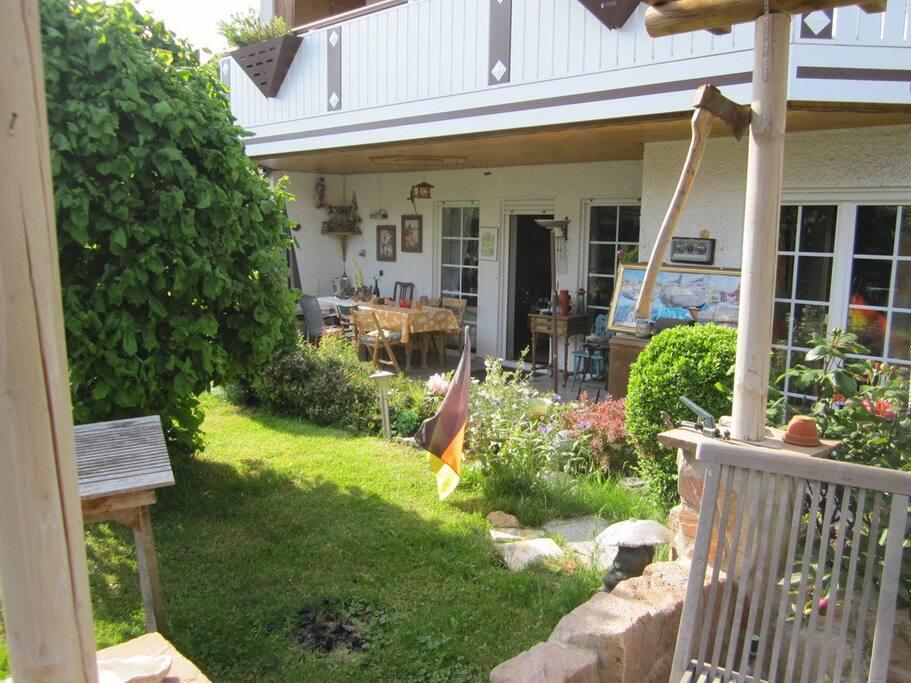 sch ne erdgescho wohnung mit s dlage und terrasse apartments for rent in altendiez rheinland. Black Bedroom Furniture Sets. Home Design Ideas