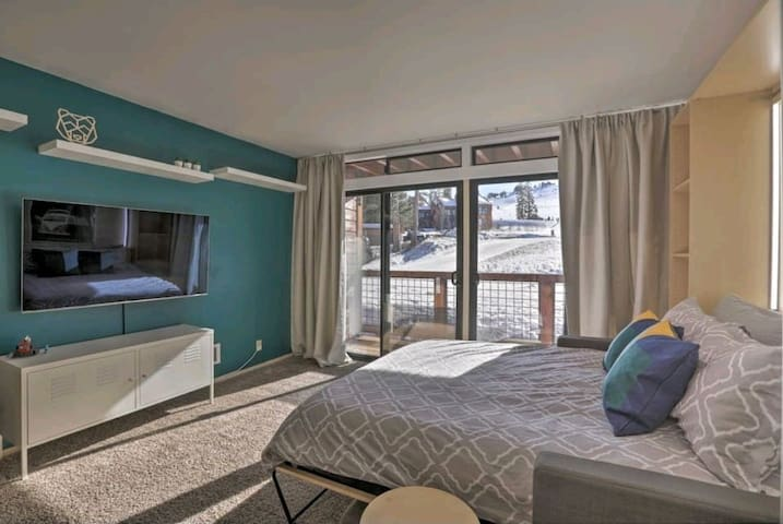 Cozy and modern with a mountain view. Ski in and out!