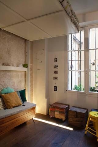 bureau et chambre vue sur cour, tranquille  et douillette!..le lit  est relevé comme un nuage