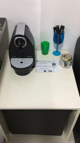 Maquina de café Nespresso - Normalmente deixamos duas cápsulas para sua degustação. Fique a vontade!