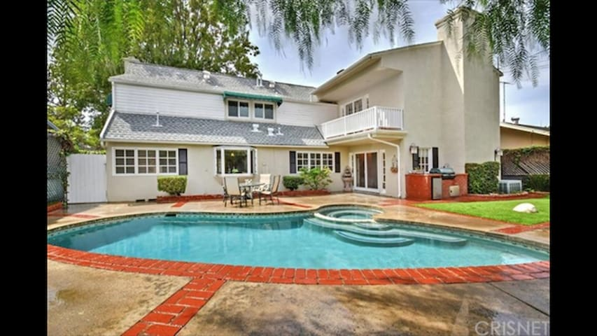 Gorgeous cape cod family home. POOL! HOT TUB! - Los Angeles - Huis