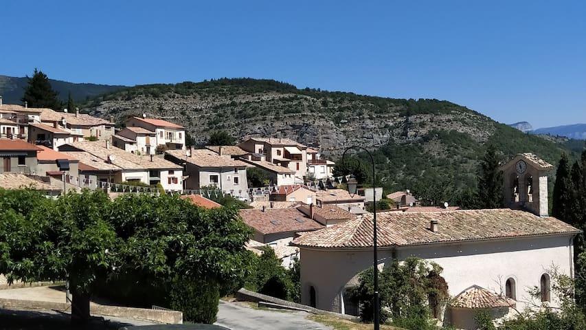Maison dans village provençal proche des baignades