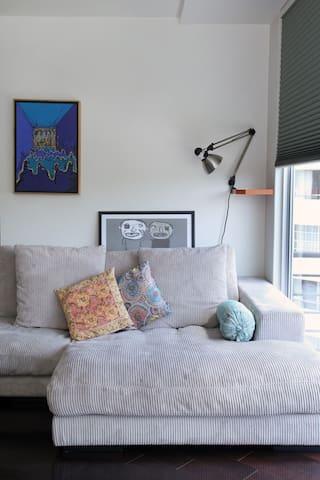 Comfortable couch with a view/ Super cómodo sillón con hermosa vista al balcón