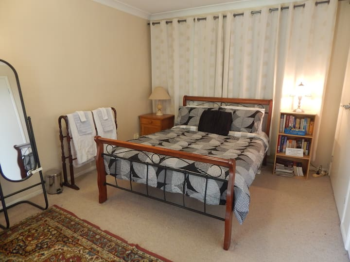 Double bed room in a friendly West Launceston home