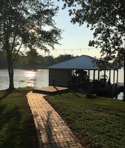 Lakefront Lake Harding Lakeside Retreat