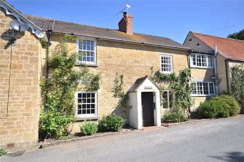 Charming 2 bedroom cottage, village location