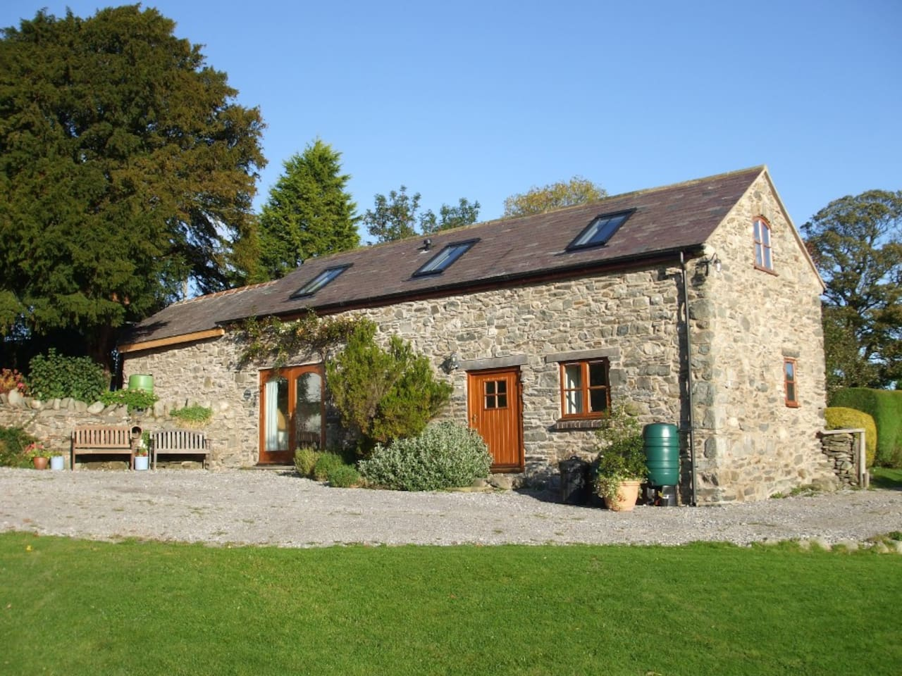 Gwenoldy (Swallows' Rest) is a beautifully converted 18th century stone barn.
