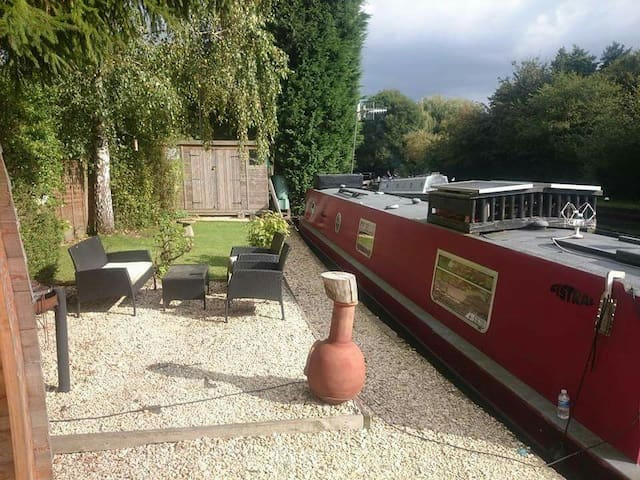 Modern narrowboat, 55 foot garden mooring - Hertfordshire