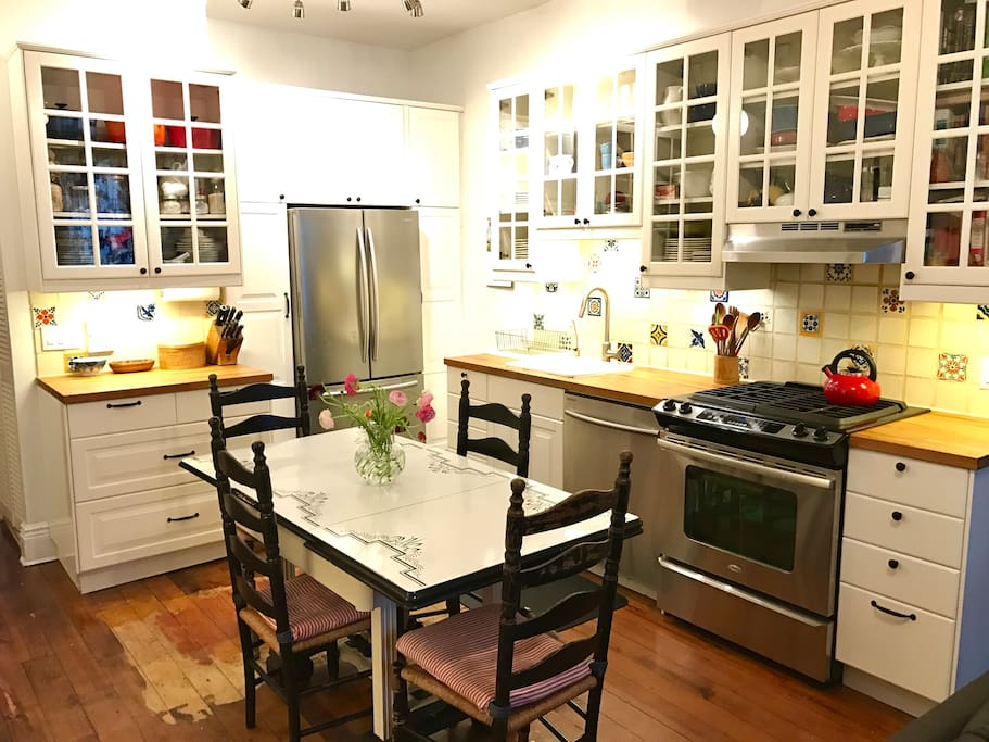 Fully-equipped kitchen, dining seating for 4-6.