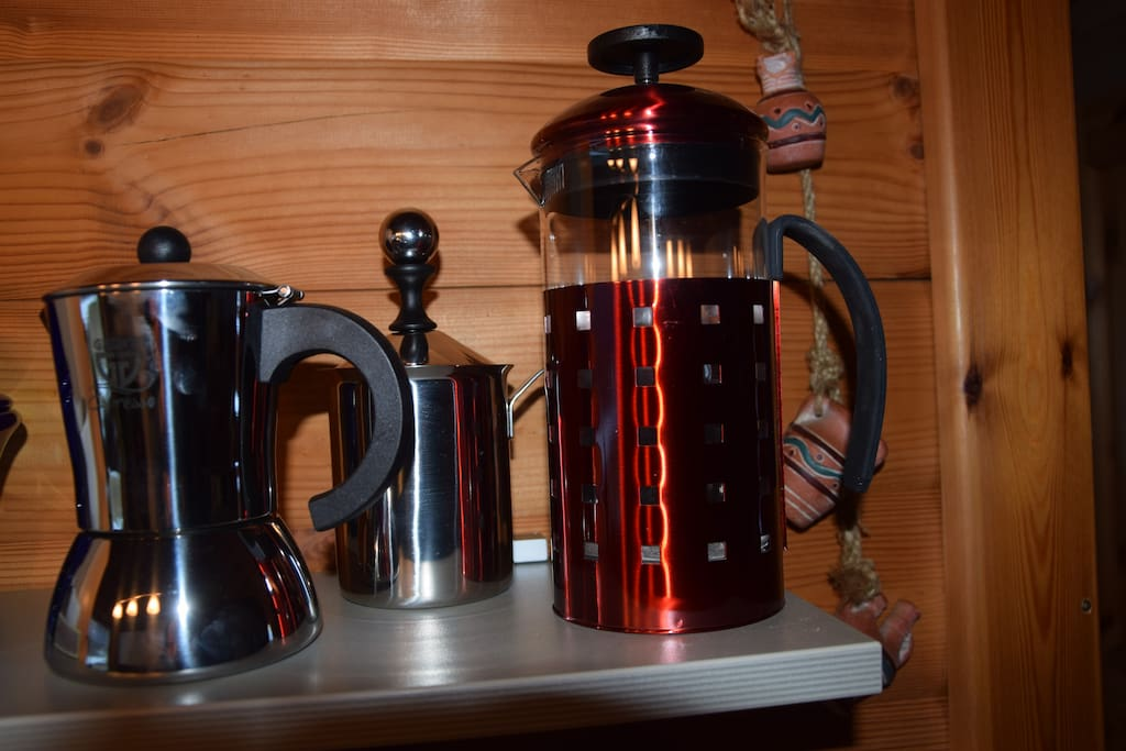 Mit Espressokocher und Milchaufschäumer ist für besonderen Kaffeegenuss gesorgt.