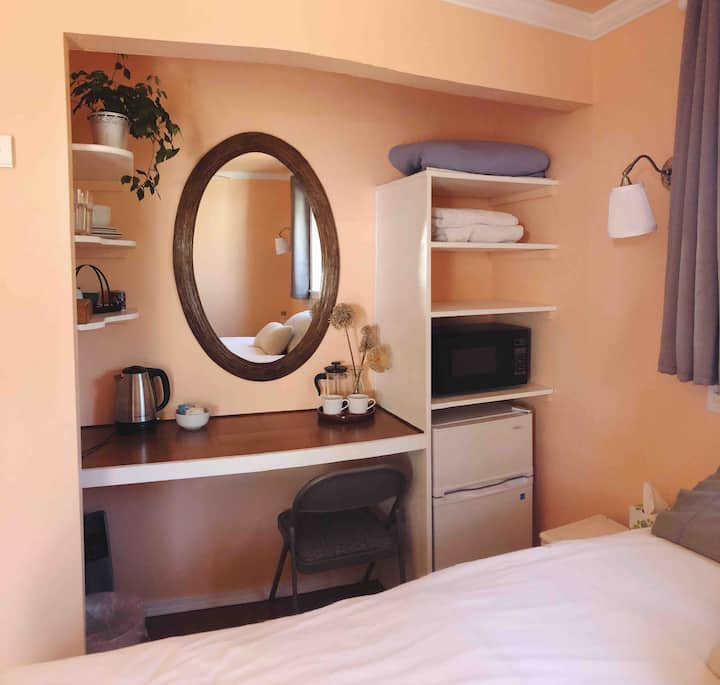 Cosy, light filled, en-suite room in Kenton area.
