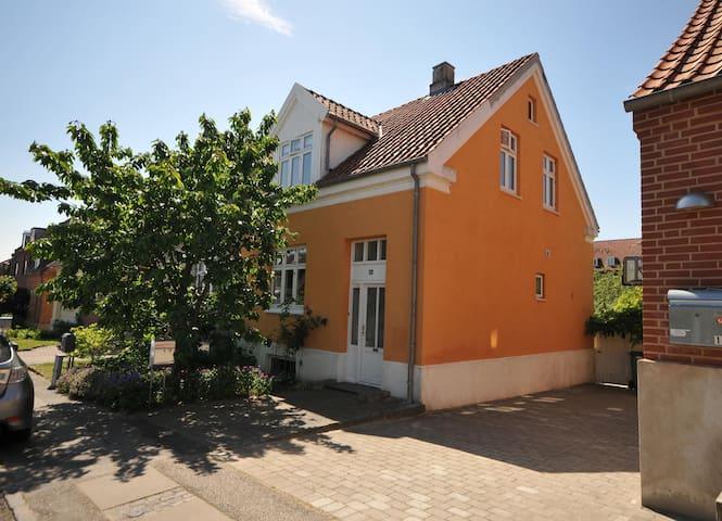Hyggeligt byhus tæt på centrum - Aarhus - Szeregowiec