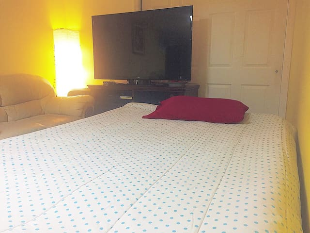 Open Space area Bed+TV~Train to NYC+EWR *Discount*
