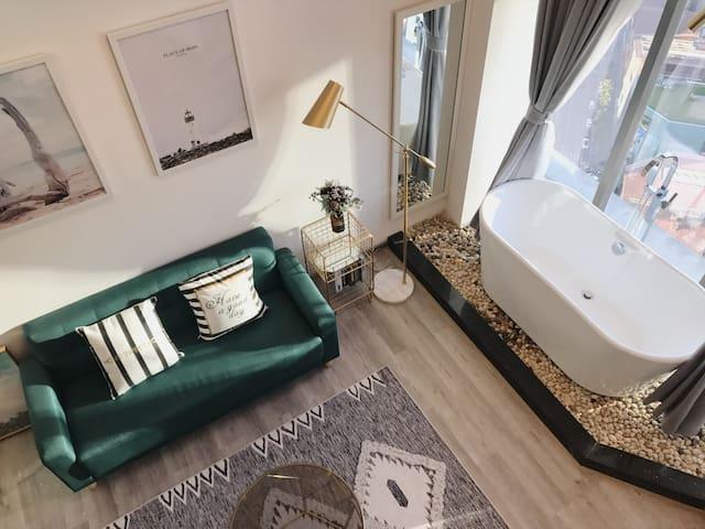 【沐蒽】观音桥双轻轨线高空城景5米空间loft落地窗浴缸投影轻奢全新公寓