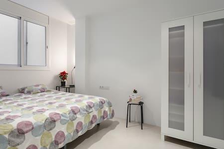 Lovely room in modern apartment - Barcelona