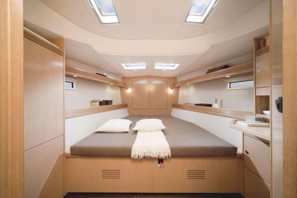 Двуспальная кровать в каждой каюте