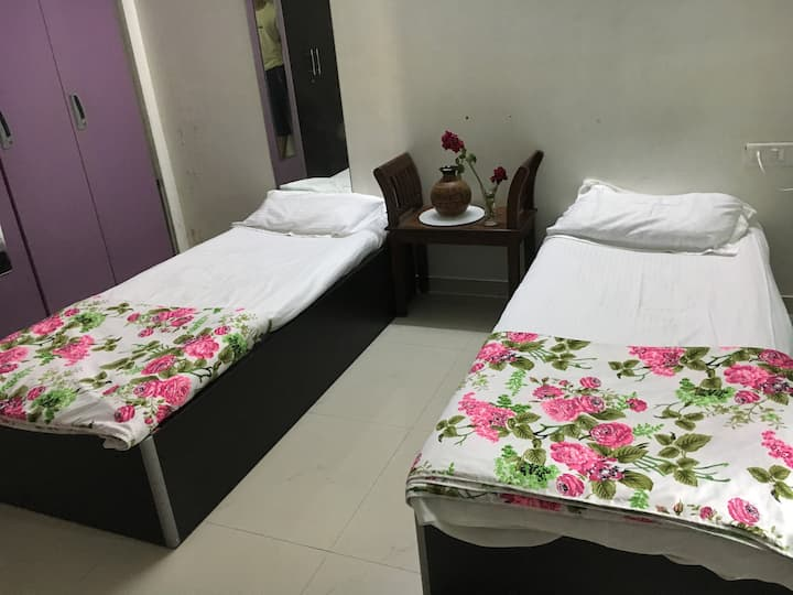 Spacious, airy ensuite bedroom in Juhu