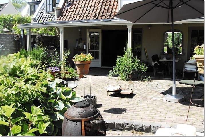 Huis aan rivier de Vecht, met sloep - Nieuwersluis - Ev