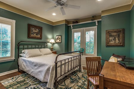 Victorian Retreat (Blue Room) - Grand Prairie