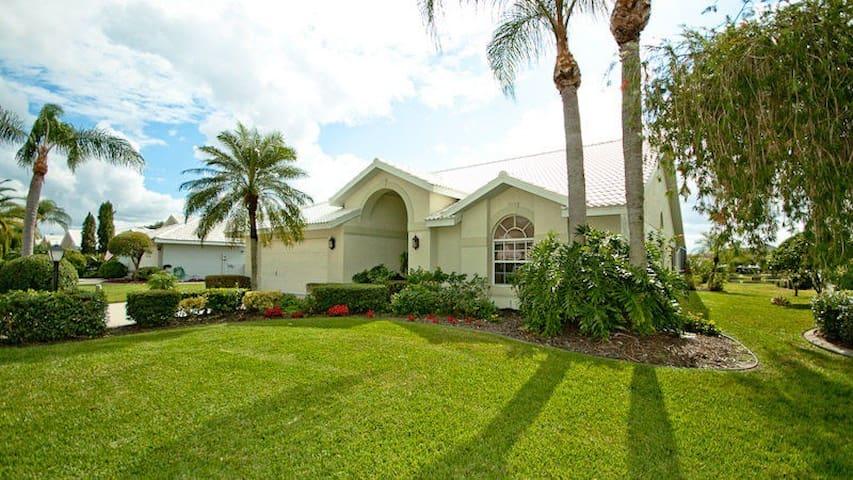 Stunning 3 Bedroom Palm Tree Getaway - Bradenton - Dům
