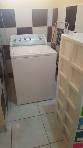En el caso de que necesite lavar, está disponible la lavadora