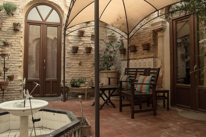 Studio in medieval house, WIFI,pr.bath,kitchenette - Córdoba - House