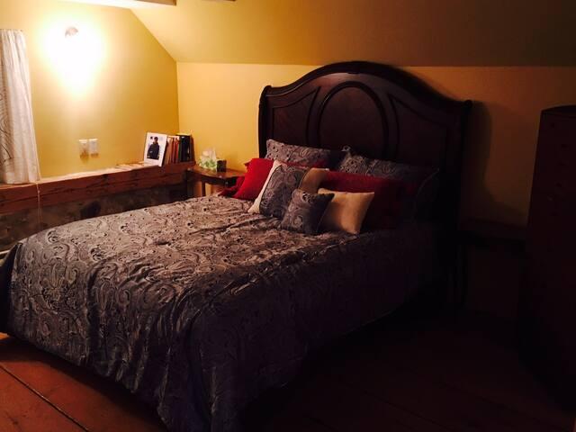 Bedroom with queen bed (first floor)