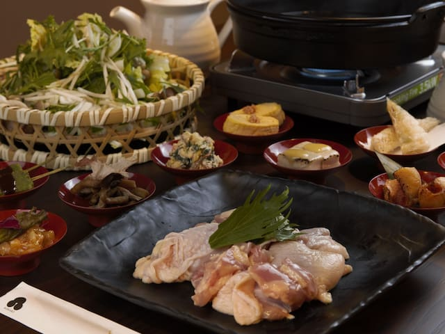 鶏のすき焼き食べ放題 お一人当たり 夕朝二食付き ¥3,800  予約は2名からになります  宿泊代と別料金になります
