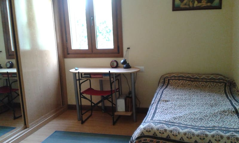 Habitacion tranquila en chalet, con baño propio.