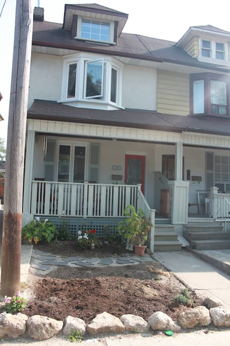 Front of the house, semi detached home in a beautiful cul-de-sac road, walking distance to subway, parks and restaurants