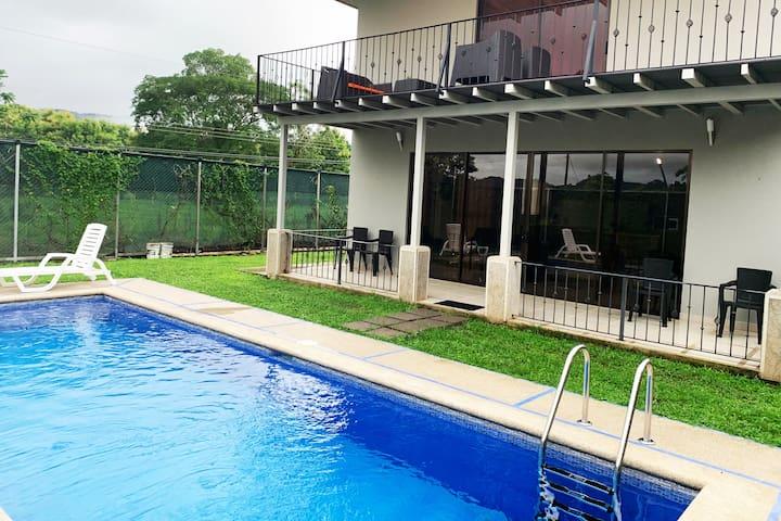 Herradura Beach House / Residencia Valerin