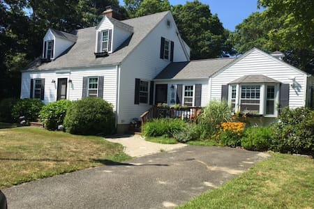 Lovely 3 Bed home near beaches, downtown Hyannis - Barnstable - บ้าน
