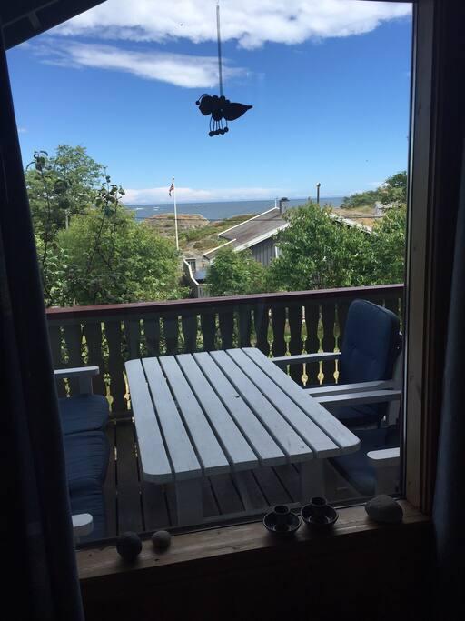 Utsikt fra stua gjennom stuevindu og ut mot øst / view from the livingroom towards the east
