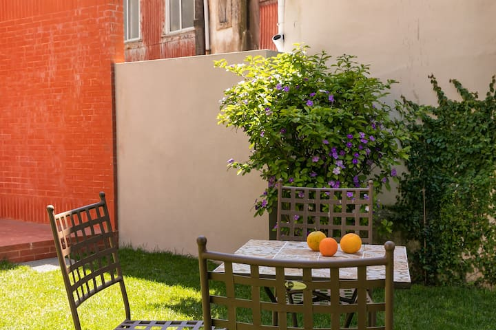 Orange Tree House - Spacious studio near the river