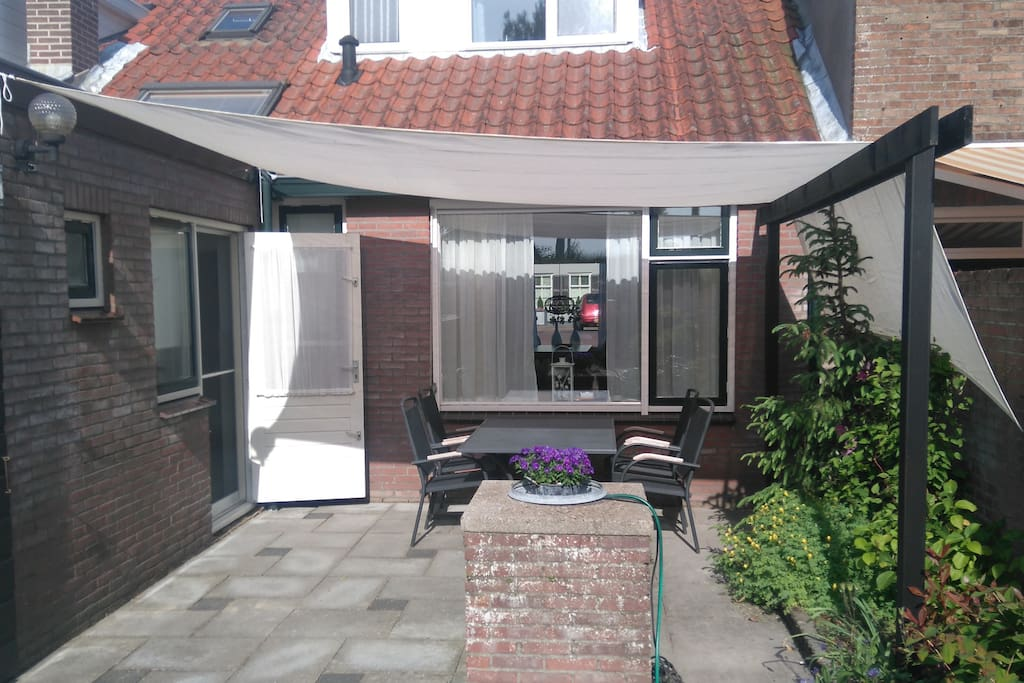 terras met zonnedoek en meubilair