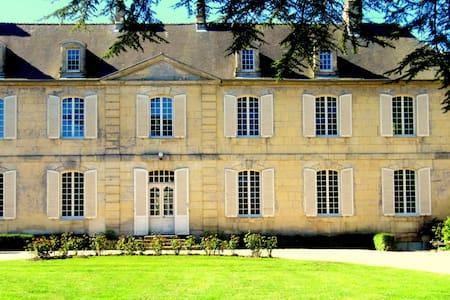 CHÂTEAU LES CÈDRES, B & B LA CHAMBRE D'AGATHE - Bretteville-l'Orgueilleuse - Kasteel