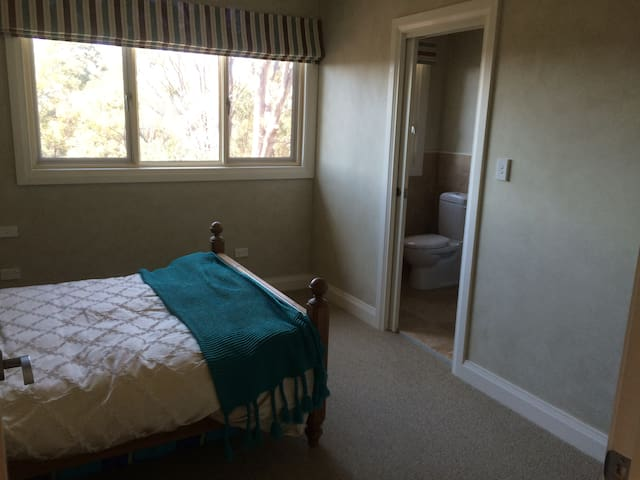 Large exec double + ensuite - Hornsby Heights - Dům