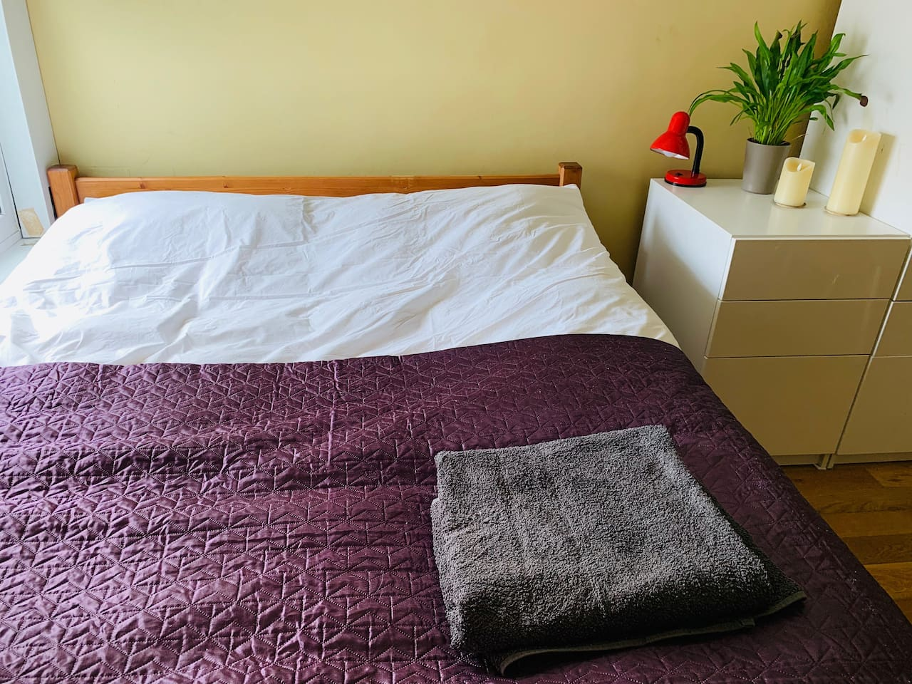 Kingsize Bed with good quality feather pillows and duvet