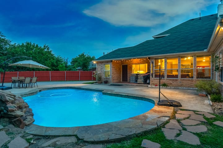 Great House Big Patio & Pool, location location! 🅿️