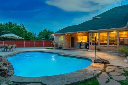 Great House Big Patio & Pool, location location! 🅿️