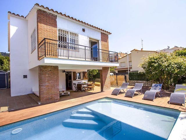 CAN PINEMAR- BARCELONA'S COAST VILLA WITH PRIVATE POOL, WIFI AND BEACH