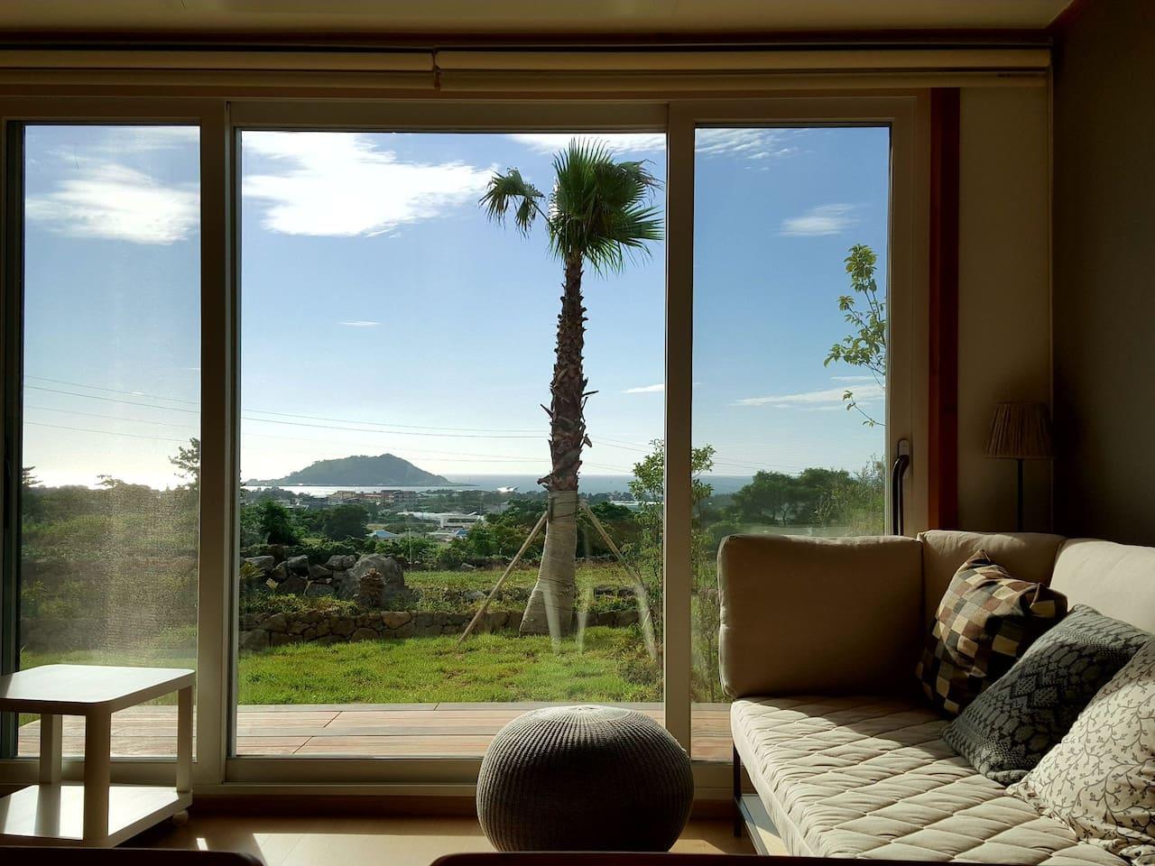 거실 창 밖으로 비양도와 협재바다가 보여요.