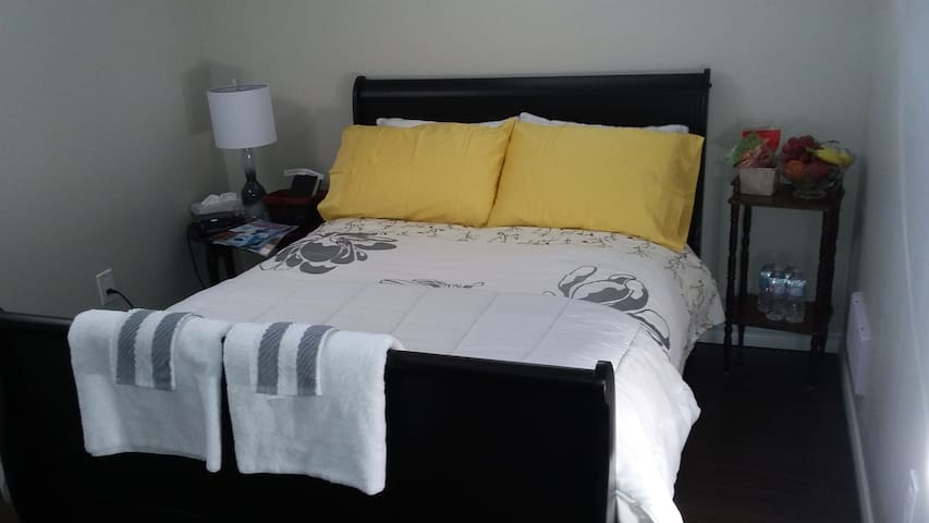 AFFORDABLE PRIVACY Comfort In Your ENTIRE STAY - Niagarafallen - Hus